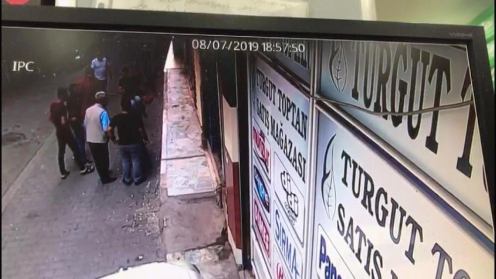 Dükkan sahibi hırsızı darp etmişti! Pişkin hırsız dükkan sahibi ve 2 oğlunu vurdu 1