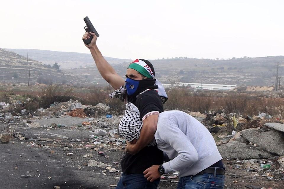 Şok fotoğraflar:Yüzünde maske elinde filistin bayrağı ve silah 10