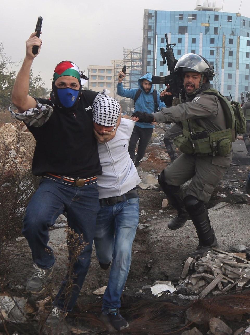 Şok fotoğraflar:Yüzünde maske elinde filistin bayrağı ve silah 12