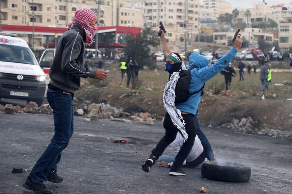 Şok fotoğraflar:Yüzünde maske elinde filistin bayrağı ve silah 21