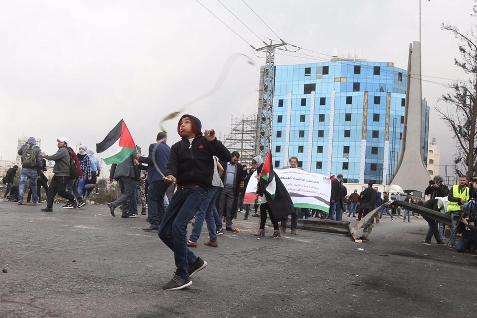 Şok fotoğraflar:Yüzünde maske elinde filistin bayrağı ve silah 29