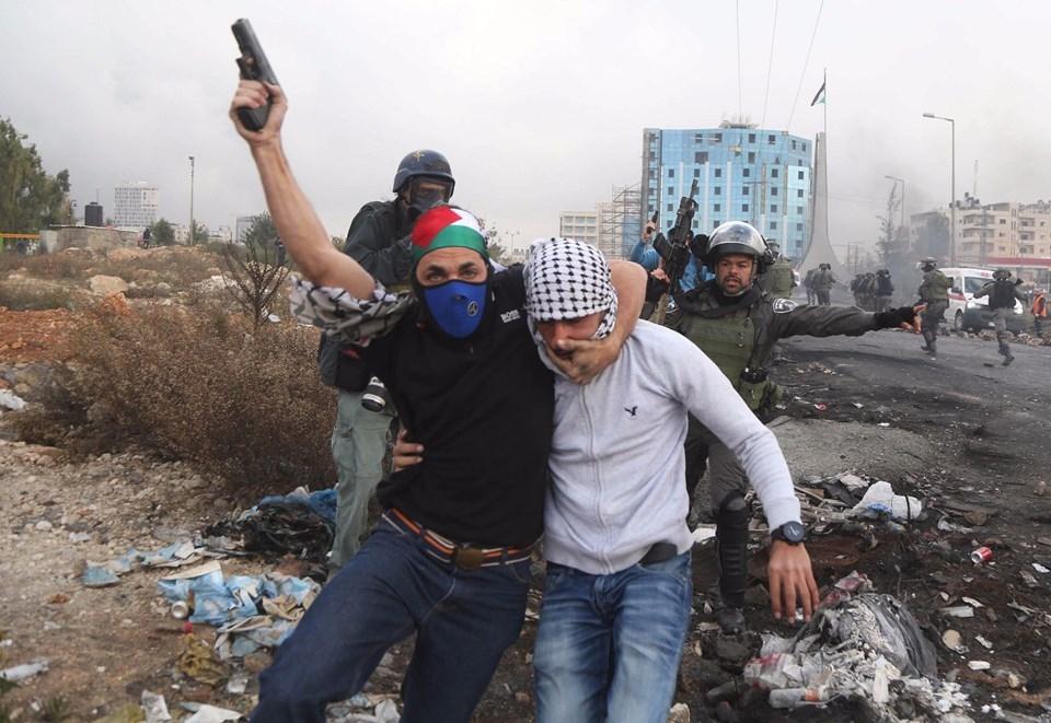 Şok fotoğraflar:Yüzünde maske elinde filistin bayrağı ve silah 3