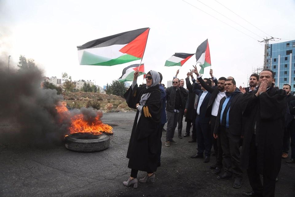 Şok fotoğraflar:Yüzünde maske elinde filistin bayrağı ve silah 33