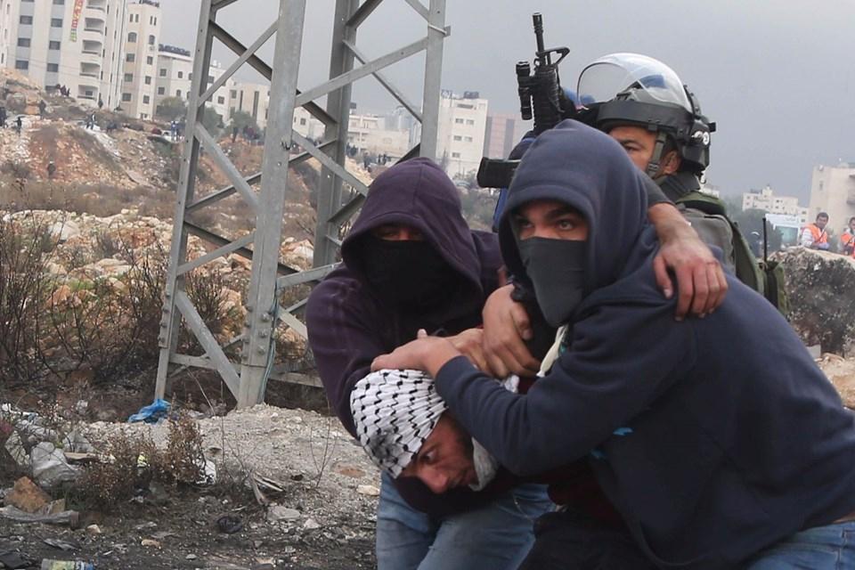 Şok fotoğraflar:Yüzünde maske elinde filistin bayrağı ve silah 36