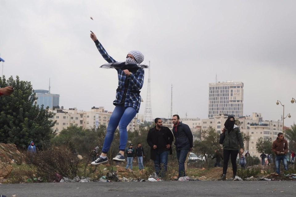 Şok fotoğraflar:Yüzünde maske elinde filistin bayrağı ve silah 47