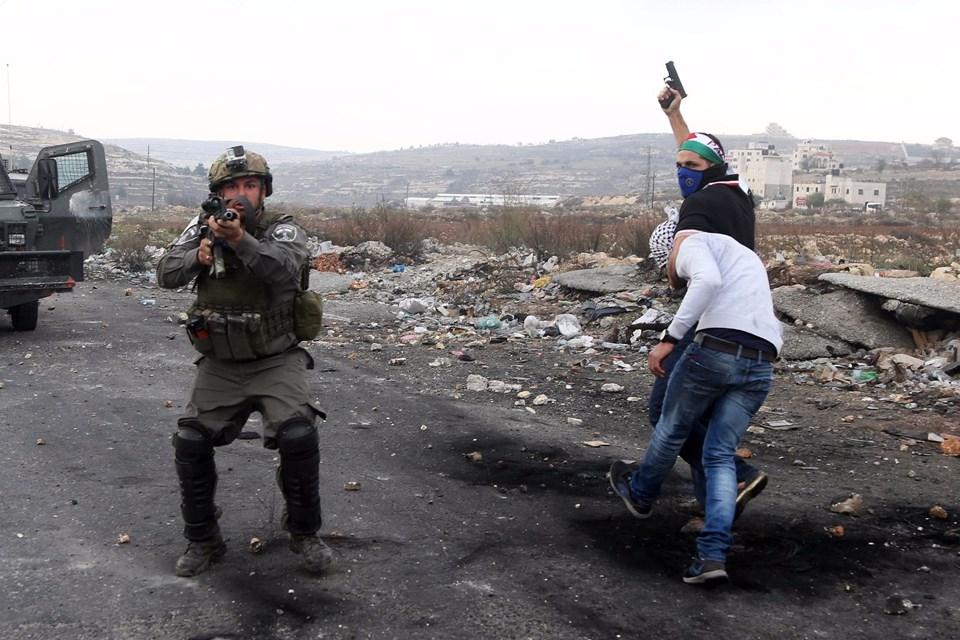 Şok fotoğraflar:Yüzünde maske elinde filistin bayrağı ve silah 7