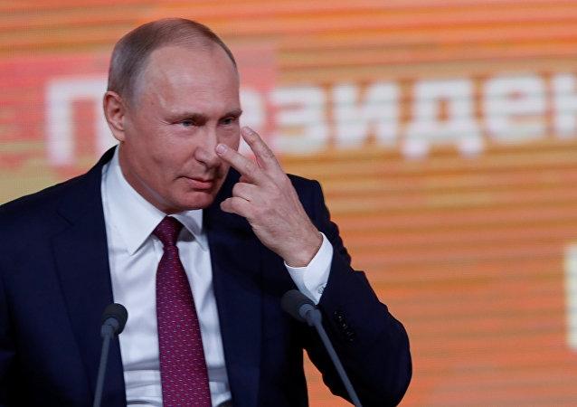 Dikkat Çekmek İçin Putin'in Basın Toplantısnıa Katıldı 1