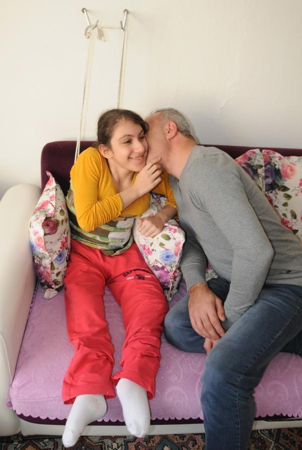 Ağrısı dinsin diye kızını  duvarda askıya asıyor 10