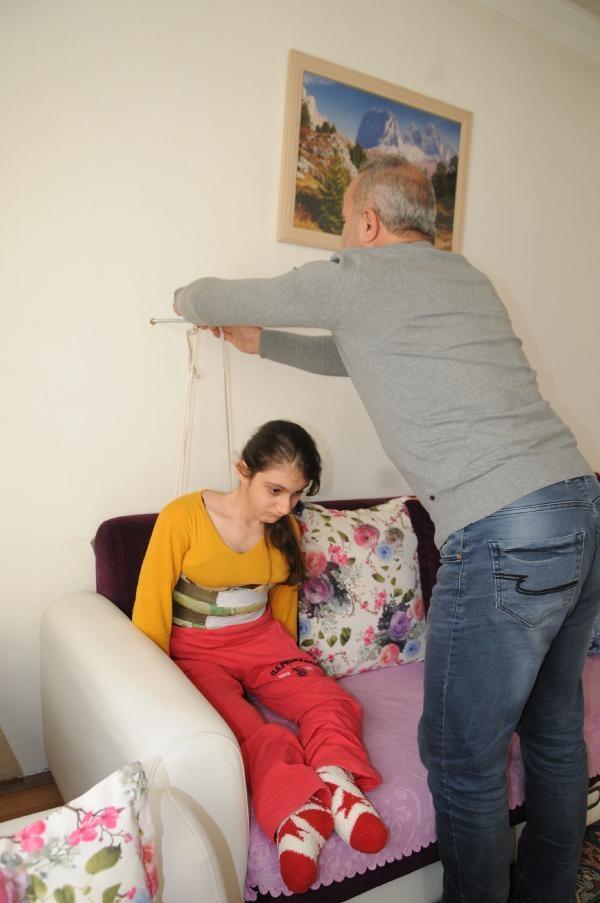 Ağrısı dinsin diye kızını  duvarda askıya asıyor 5