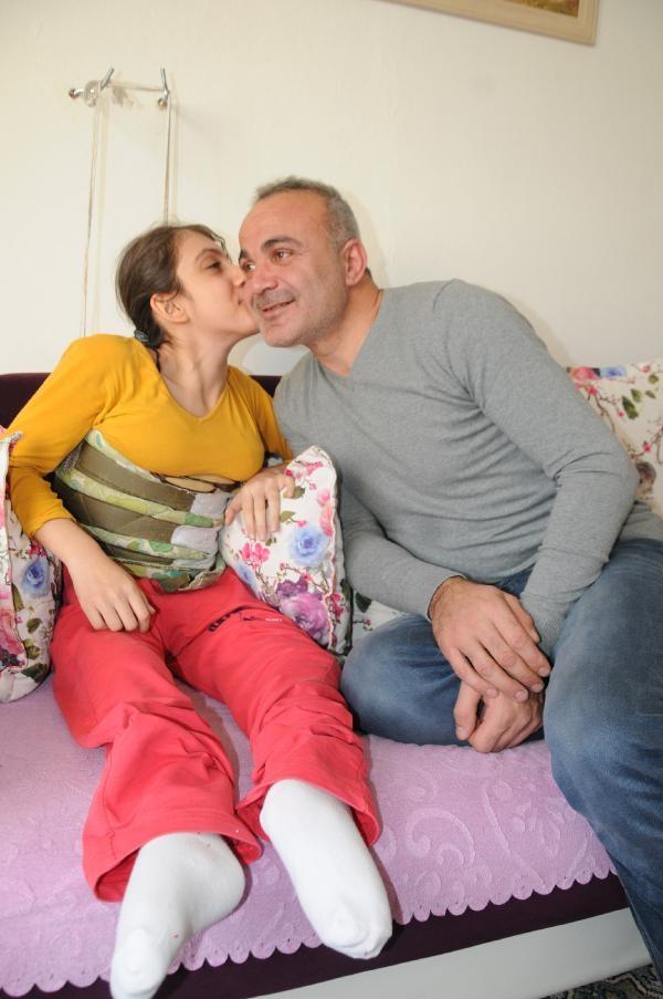 Ağrısı dinsin diye kızını  duvarda askıya asıyor 8