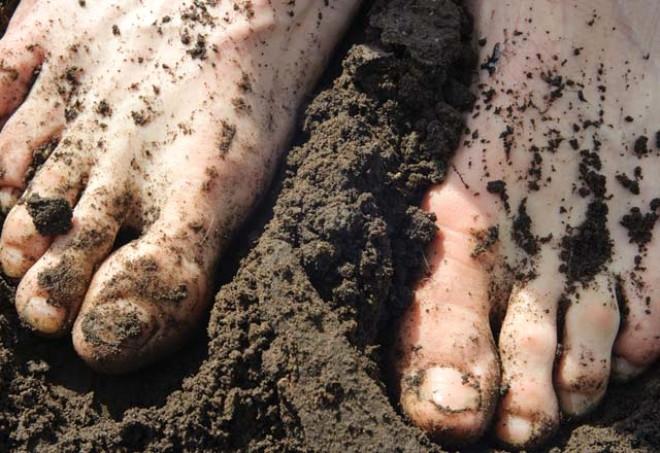 Çıplak Ayaklarla  Toprağa Değdiğinde Vücudun Göreceği Şaşırtıcı Faydalar 6