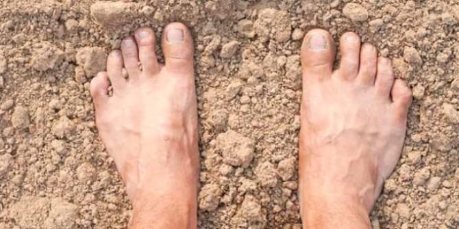 Çıplak Ayaklarla  Toprağa Değdiğinde Vücudun Göreceği Şaşırtıcı Faydalar
