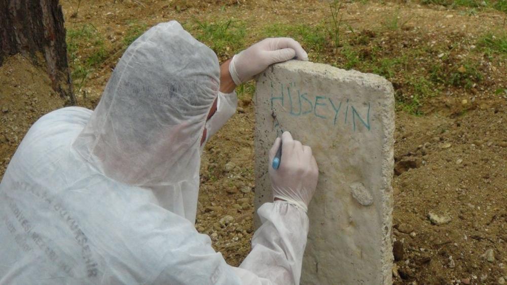 Antalya'da Kovid-19'dan ölen kişi böyle toprağa verildi 1