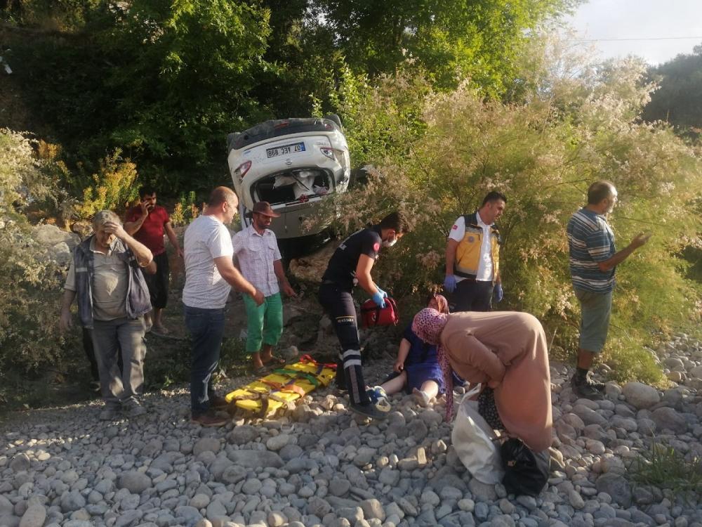Korkunç kaza! Kafa kafaya çarpışan araçlardan fırlayan yolcular çaya uçtu 1