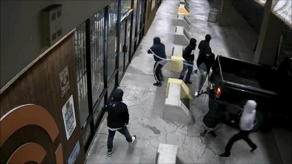 Protestolar sırasındaki yağmalama kameraya yansıdı! 1