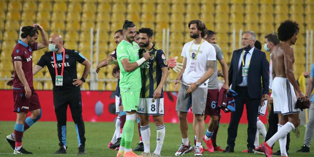 Fenerbahçe'nin genç kalecisi Altay Bayındır maç sonrası zor sakinleşti 5