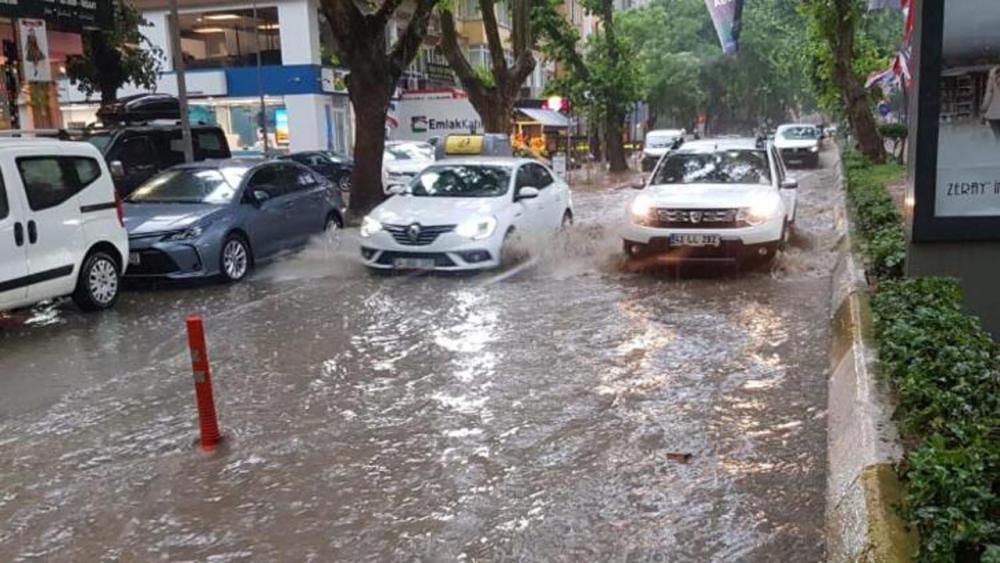 Beklenen yağmur geldi! İstanbul'da hayat felç oldu 1