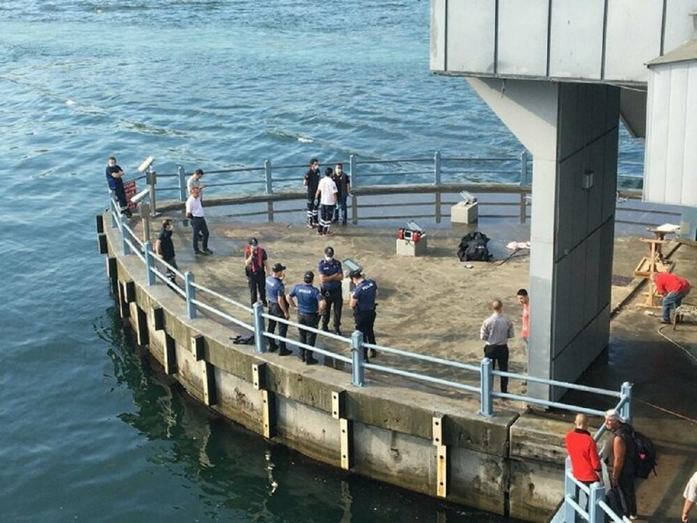 Su üzerinde hareketsiz yatan bir kişi olduğunu gördüler! Haliç'ten ceset çıktı 5