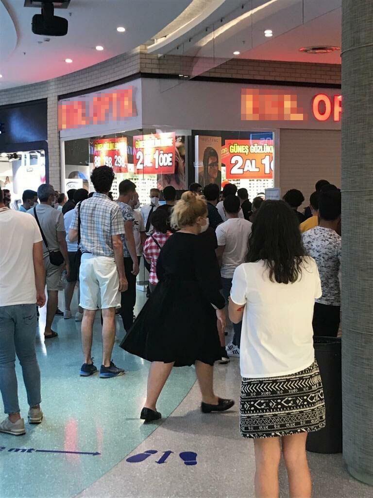Akılalmaz olay! Alışveriş merkezindeki kavgayı izlemek için 'sosyal mesafe' kuralını hiçe saydılar 2