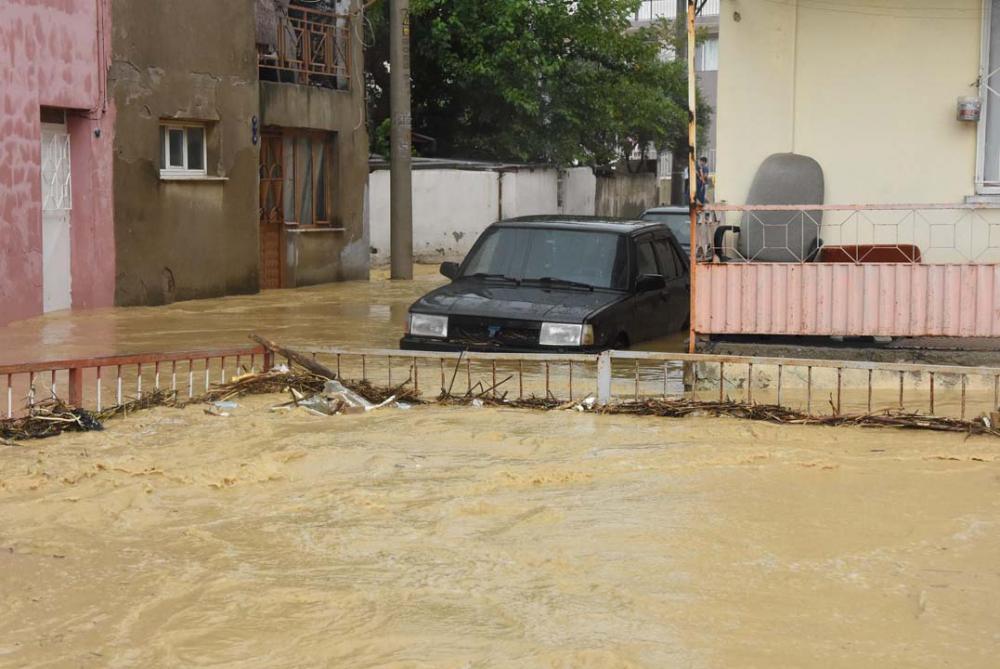 İzmir'i sağanak yağış vurdu! Ev ve iş yerlerini su bastı 1