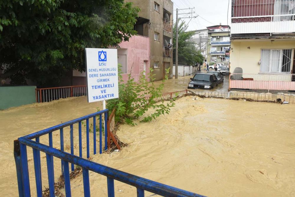 İzmir'i sağanak yağış vurdu! Ev ve iş yerlerini su bastı 14
