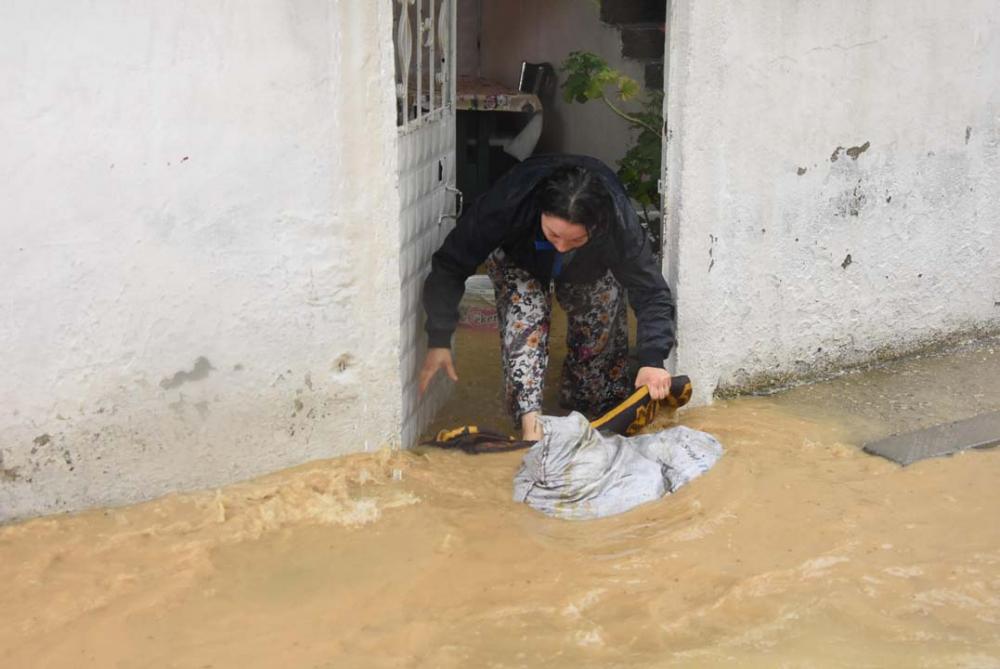 İzmir'i sağanak yağış vurdu! Ev ve iş yerlerini su bastı 16