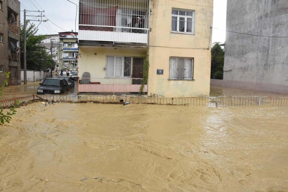 İzmir'i sağanak yağış vurdu! Ev ve iş yerlerini su bastı 2