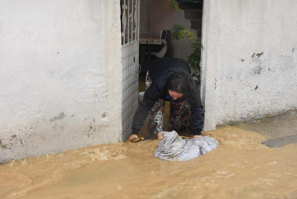 İzmir'i sağanak yağış vurdu! Ev ve iş yerlerini su bastı 3