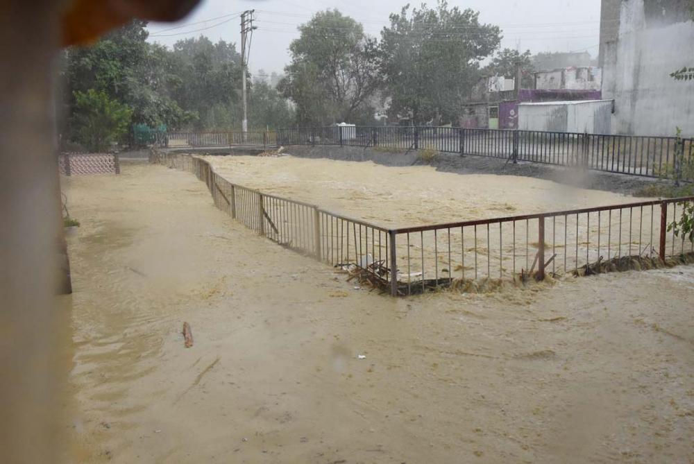 İzmir'i sağanak yağış vurdu! Ev ve iş yerlerini su bastı 7