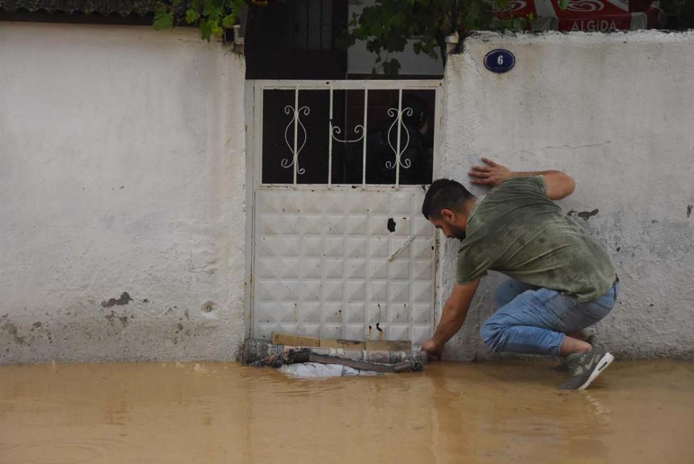İzmir'i sağanak yağış vurdu! Ev ve iş yerlerini su bastı 8