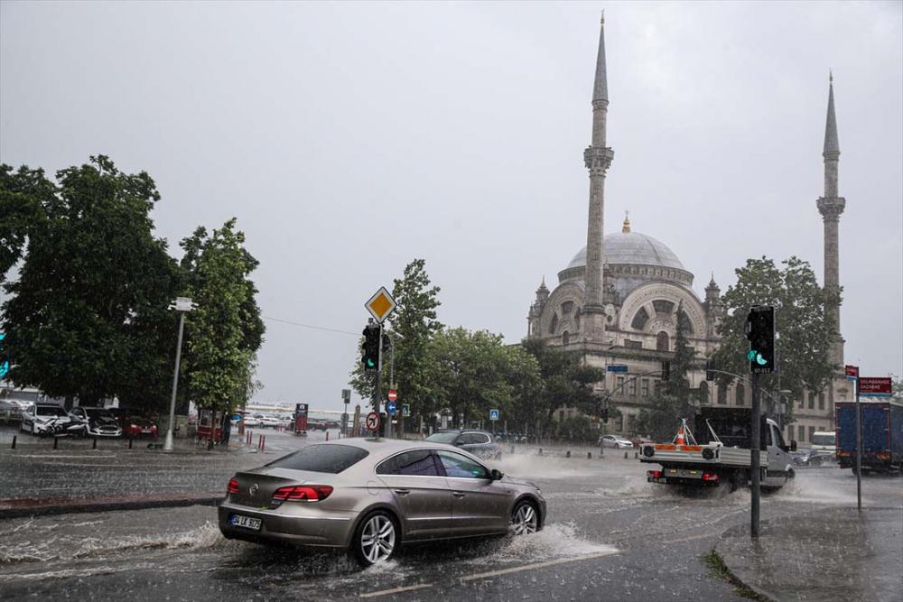 Sağanak yağış megakent İstanbul'da hayatı felç etti! Yollar göle döndü 1