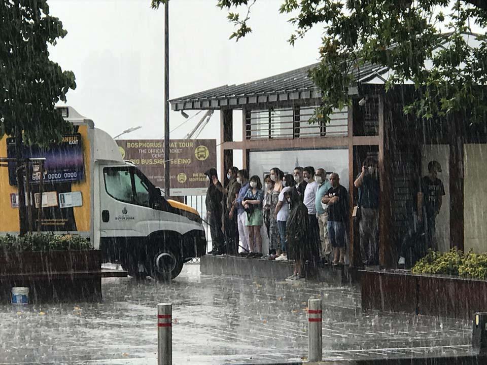 Sağanak yağış megakent İstanbul'da hayatı felç etti! Yollar göle döndü 10