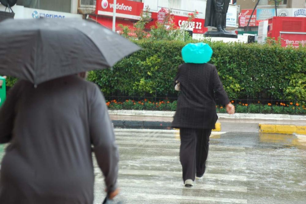 Sağanak yağış megakent İstanbul'da hayatı felç etti! Yollar göle döndü 18