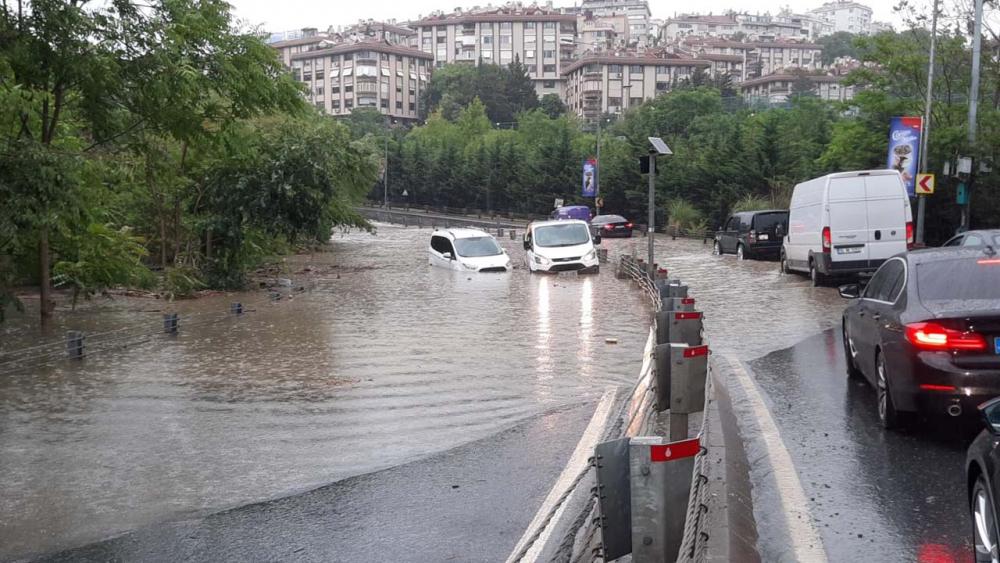 Sağanak yağış megakent İstanbul'da hayatı felç etti! Yollar göle döndü 21