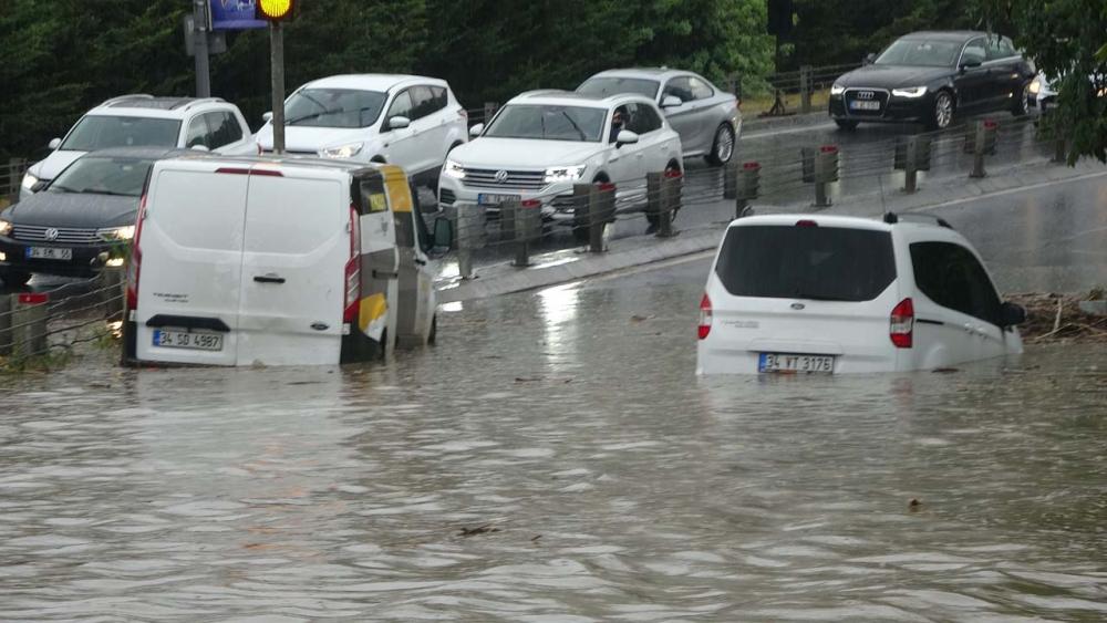 Sağanak yağış megakent İstanbul'da hayatı felç etti! Yollar göle döndü 23
