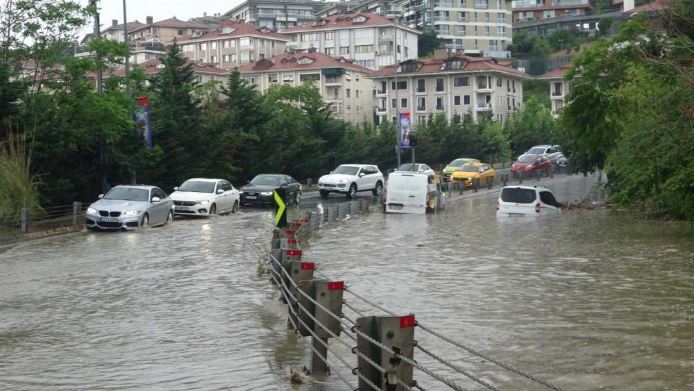 Sağanak yağış megakent İstanbul'da hayatı felç etti! Yollar göle döndü 24