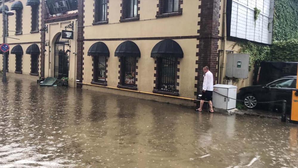 Sağanak yağış megakent İstanbul'da hayatı felç etti! Yollar göle döndü 26