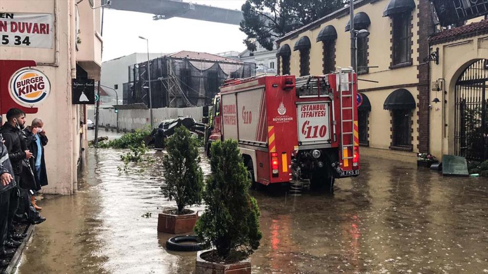 Sağanak yağış megakent İstanbul'da hayatı felç etti! Yollar göle döndü 27
