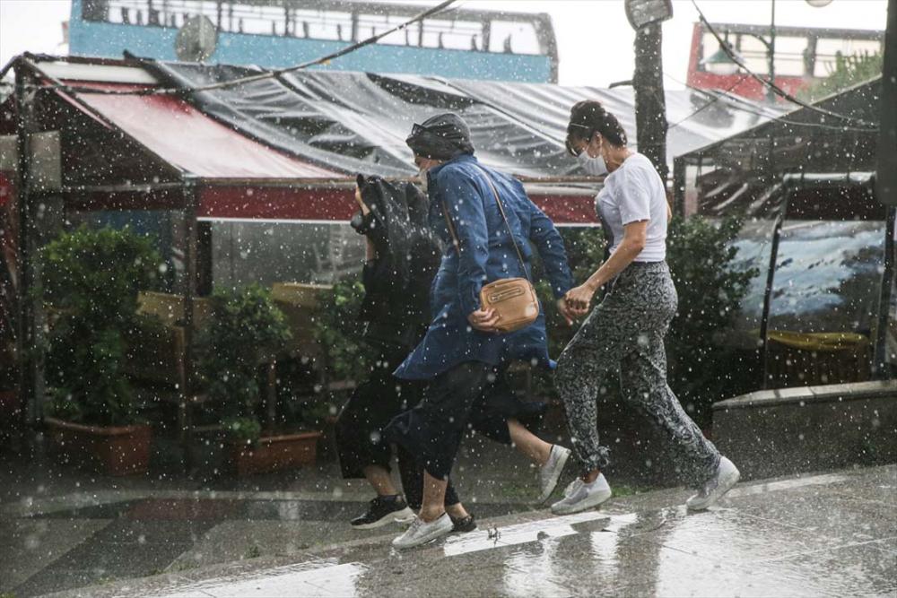 Sağanak yağış megakent İstanbul'da hayatı felç etti! Yollar göle döndü 3