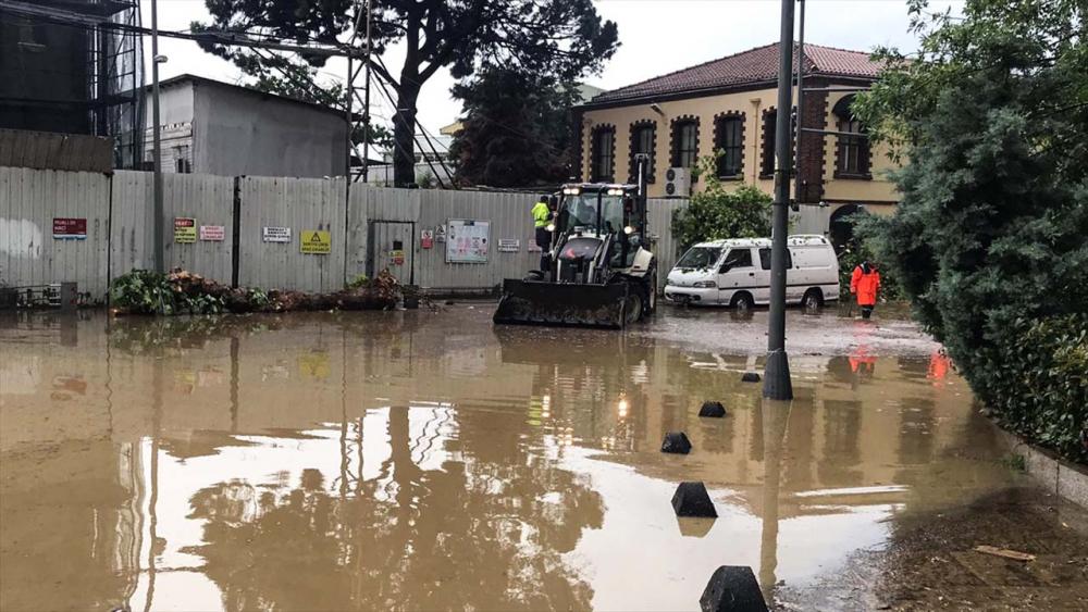 Sağanak yağış megakent İstanbul'da hayatı felç etti! Yollar göle döndü 31