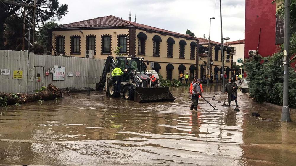 Sağanak yağış megakent İstanbul'da hayatı felç etti! Yollar göle döndü 32