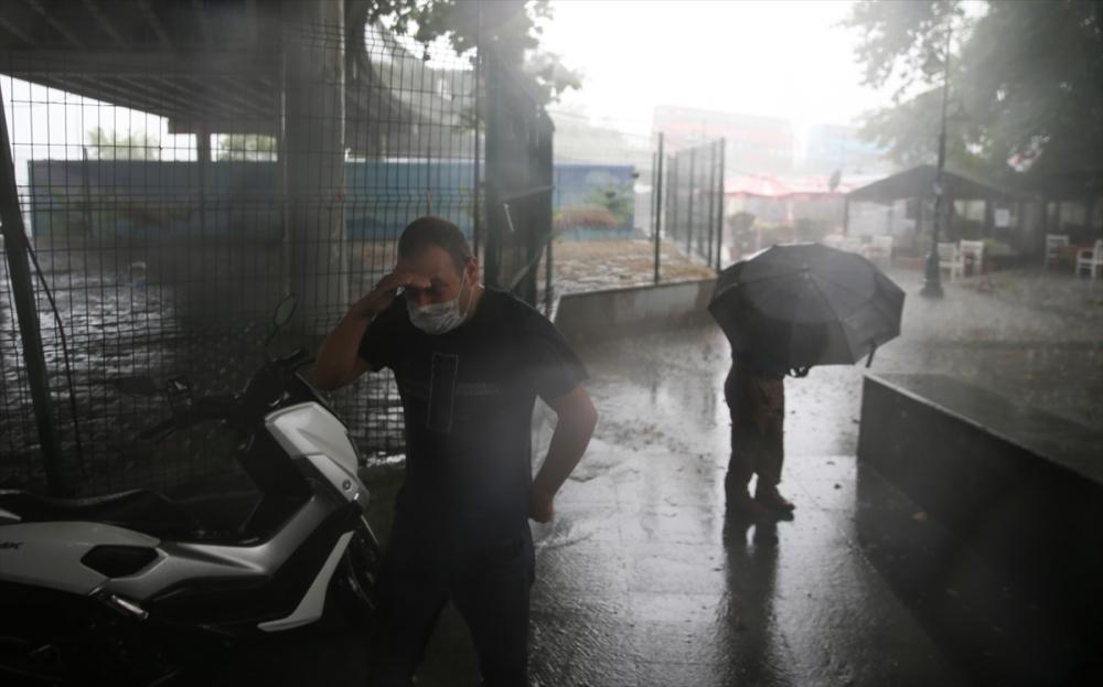 Sağanak yağış megakent İstanbul'da hayatı felç etti! Yollar göle döndü 38