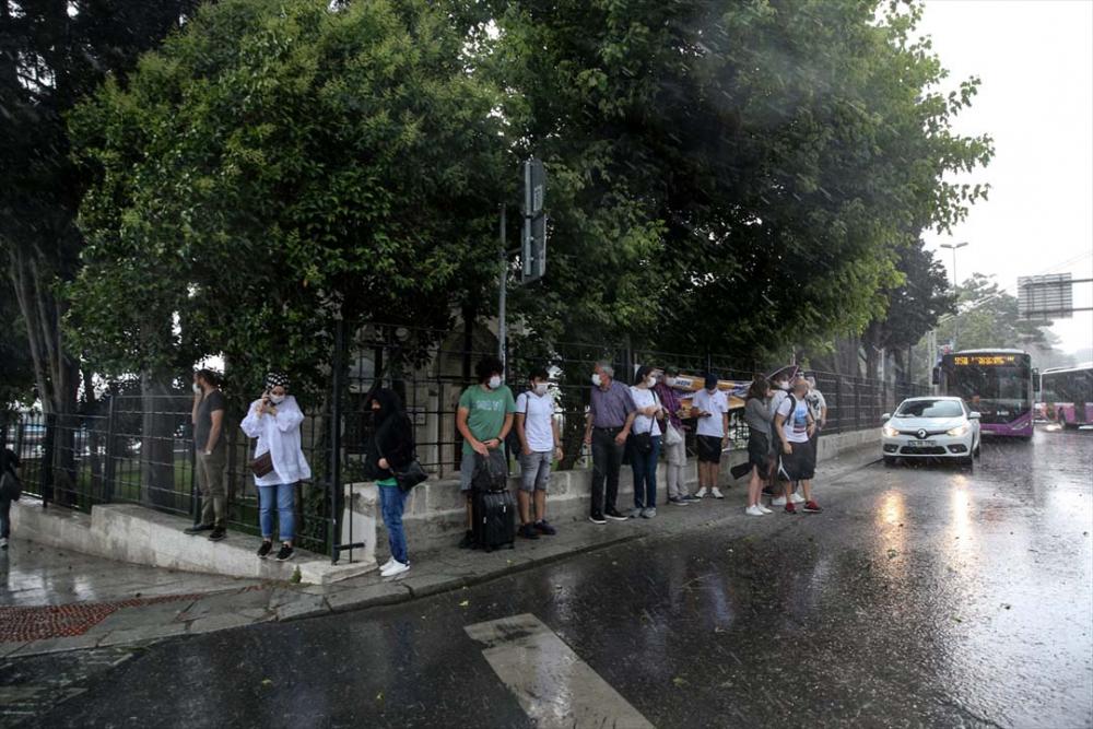 Sağanak yağış megakent İstanbul'da hayatı felç etti! Yollar göle döndü 4
