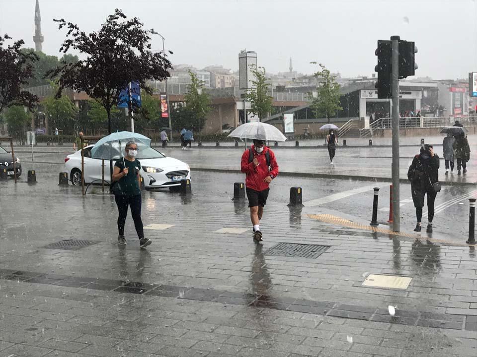 Sağanak yağış megakent İstanbul'da hayatı felç etti! Yollar göle döndü 6