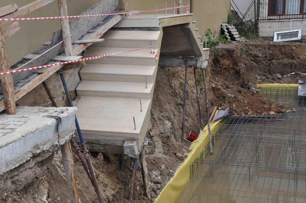 İsyan ettiler! İzmir'de sağanak yağış sonrası 2 apartmanın girişinde çökme meydana geldi 1