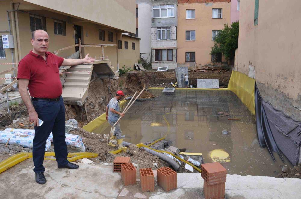 İsyan ettiler! İzmir'de sağanak yağış sonrası 2 apartmanın girişinde çökme meydana geldi 4