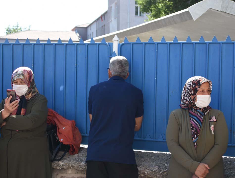 Konya'da öğrenciler sosyal mesafeye uydu, veliler ise hiçe saydı 10