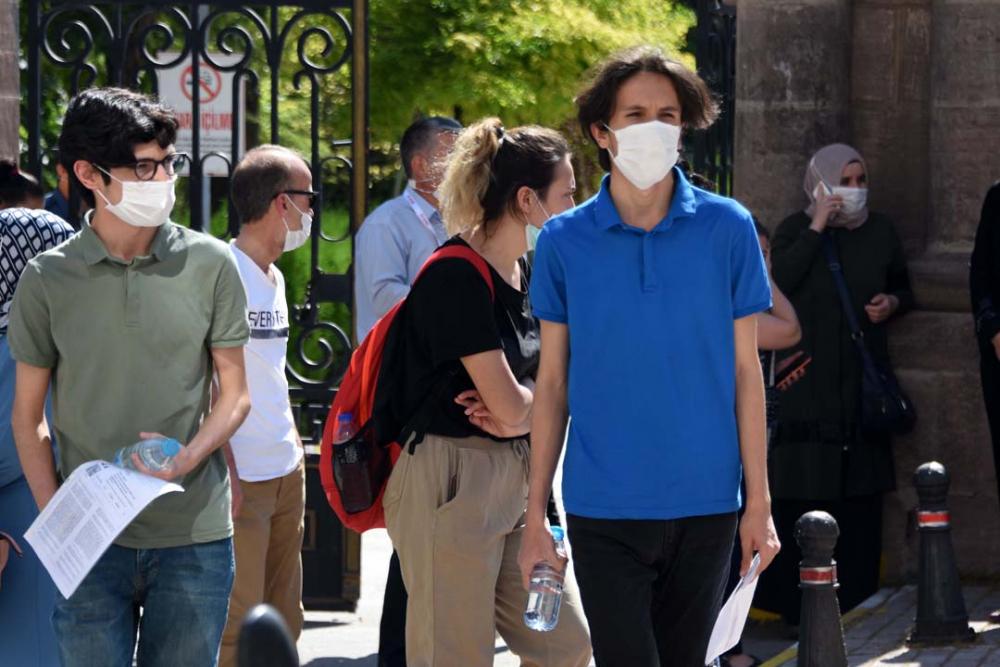 Konya'da öğrenciler sosyal mesafeye uydu, veliler ise hiçe saydı 12