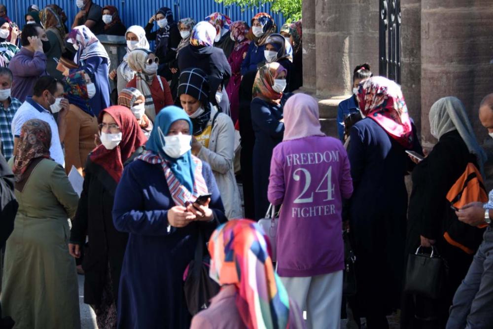 Konya'da öğrenciler sosyal mesafeye uydu, veliler ise hiçe saydı 2