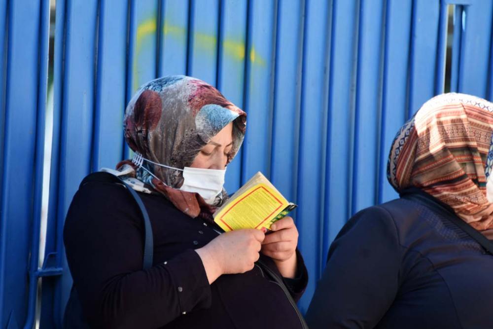 Konya'da öğrenciler sosyal mesafeye uydu, veliler ise hiçe saydı 3